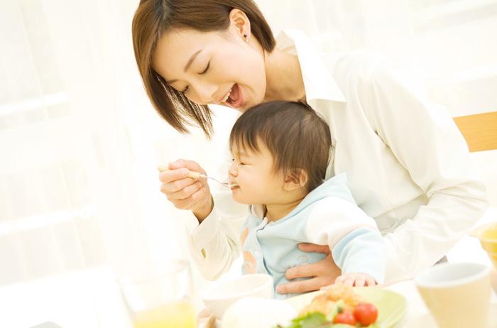 Hướng dẫn cho bé ăn dặm thời gian bắt đầu mẹ nên nhớ
