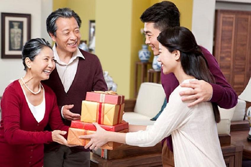 Nên chọn gì làm quà Tết tặng bố mẹ?
