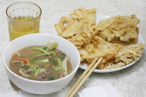 Phở rán chấm nước sốt thịt bò phố Khâm Thiên