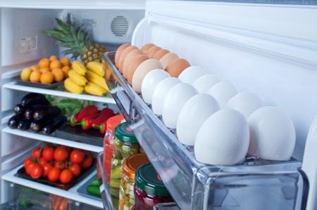 Vì sao không nên bảo quản trứng ngay cửa tủ lạnh