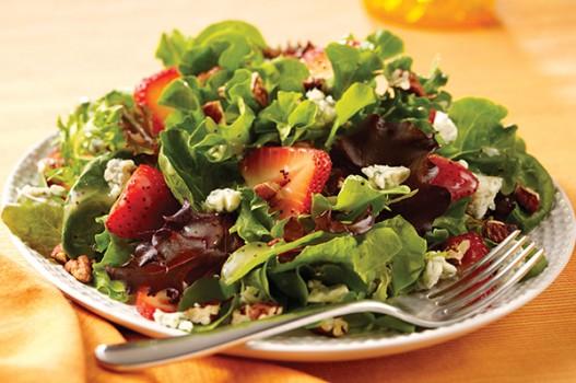 Khỏe đẹp với salad dâu tây và rau bina cực ngon