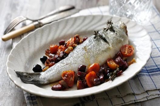 Cá nướng nguyên con với xúc xích, hành tây đỏ và cà chua