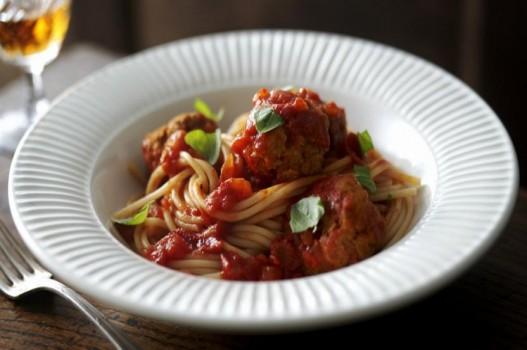 Làm mì Ý sốt cà chua và thịt viên gà tây ngon đúng điệu