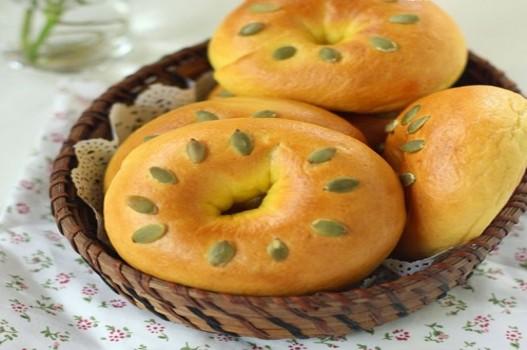Làm bánh mì bí đỏ thơm ngon đơn giản