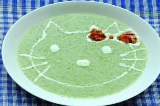 Súp bông cải xanh dễ thương với mèo kitty cho bé