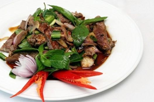 Salad bò nướng